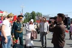 Le jeune homme félicitent le vétéran de la guerre Photos libres de droits