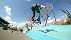 Le jeune homme fait un tour sur une planche à roulettes en parc de patin clips vidéos