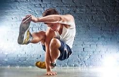 Le jeune homme folâtre des exercices Photo stock