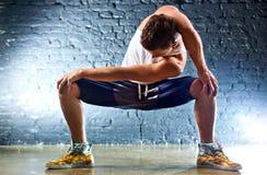 Le jeune homme folâtre des exercices Image stock