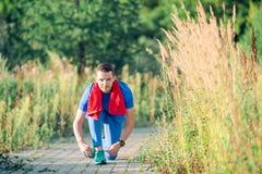 Le jeune homme folâtre faisant le sport s'exerce dehors en parc images stock