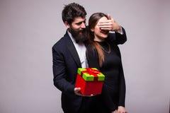 Le jeune homme font un cadeau de surprise pour son amie Image libre de droits