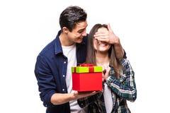 Le jeune homme font une surprise pour son amie Homme étroit avec des yeux de femme de mains Photographie stock