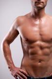 Le jeune homme a formé le torse nu avec de l'ABS Photos stock