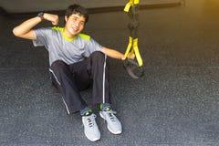 Le jeune homme fort asiatique tenant la ligne de sauvetage tirent vers le haut le getti de révolution photos stock