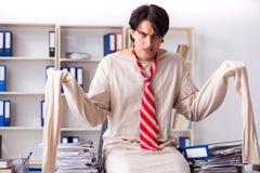Le jeune homme fou dans la camisole de force au bureau images libres de droits