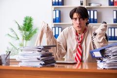 Le jeune homme fou dans la camisole de force au bureau photos stock