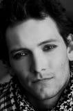 Le jeune homme gai avec de longs cheveux humides après s'être baigné Image libre de droits