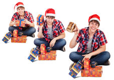 Le jeune homme gai s'est habillé en cadeau trouvé par chapeau de Santa dans la boîte Images stock