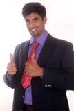 Le jeune homme indien d'affaires montrant des pouces lèvent le geste sur le blanc Images libres de droits