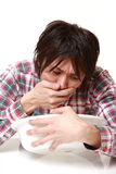 Le jeune homme japonais se sent comme le vomissement Photo stock