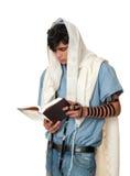 Le jeune homme juif prie le tallit et le tefillin s'usants Photographie stock