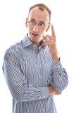 Le jeune homme a le doigt augmenté de grande idée d'isolement sur le backgro blanc image libre de droits