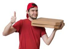 Le jeune homme livre la pizza dans des boîtes Concept de la livraison de pizza Images stock