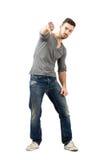 Le jeune homme malheureux montrant des pouces font des gestes vers le bas Photographie stock libre de droits