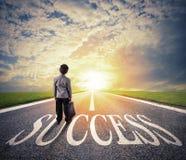 Le jeune homme marche sur un chemin de succès Concept de démarrage réussi d'homme d'affaires et de société images libres de droits