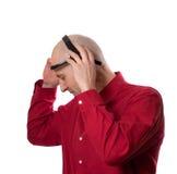 Le jeune homme met dessus le casque principal EEG (l'électroencéphalographie) Image stock