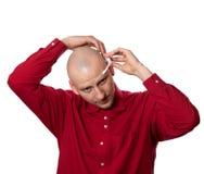Le jeune homme met dessus le casque principal EEG (l'électroencéphalographie) Photo stock