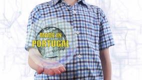 Le jeune homme montre un hologramme de la terre et du texte de planète faits dans au Portugal banque de vidéos