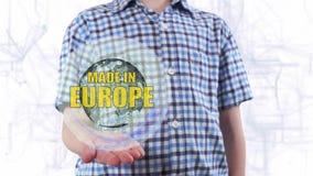 Le jeune homme montre un hologramme de la terre et du texte de planète faits dans Europe banque de vidéos