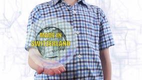 Le jeune homme montre un hologramme de la terre et du texte de planète faits dans Suisse banque de vidéos