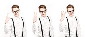 Le jeune homme montre une photo de tripple de deux trois doigts image libre de droits