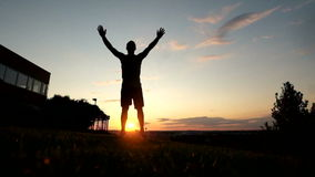 Le jeune homme musculaire dans le dessus de réservoir faisant l'anglais poussent clips vidéos