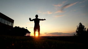Le jeune homme musculaire dans le dessus de réservoir faisant l'anglais poussent banque de vidéos
