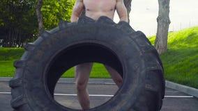 Le jeune homme musculaire faisant le crossfit s'exerce dehors banque de vidéos