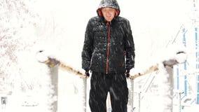 Le jeune homme musculaire a la formation et de faire exercice dehors dans l'horaire d'hiver banque de vidéos