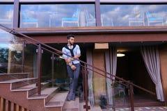 Le jeune homme musulman se tient dans le sourire intégral et la pose sur le St Photos libres de droits