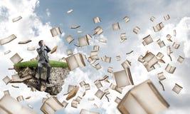 Le jeune homme ne veulent voir rien et des livres voler autour Images libres de droits