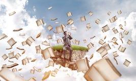 Le jeune homme ne veulent voir rien et des livres voler autour Photographie stock