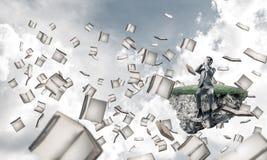 Le jeune homme ne veulent voir rien et des livres voler autour Image libre de droits