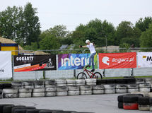 Le jeune homme non identifié monte son BMX Bik Photo stock