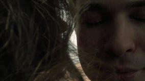 Le jeune homme obtenant embrassé par une fille avec les lèvres rouges lumineuses, copie reste banque de vidéos