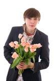 Le jeune homme occasionnel avec des fleurs images stock