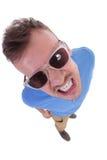 Le jeune homme occasionnel montre ses dents photo stock