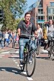 Le jeune homme ont plaisir à monter son vélo, Amsterdam, Pays-Bas Photographie stock libre de droits