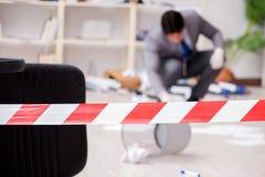 Le jeune homme pendant l'enquête de crime dans le bureau Photo libre de droits