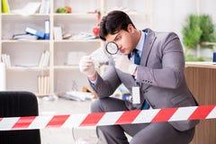 Le jeune homme pendant l'enquête de crime dans le bureau photos libres de droits