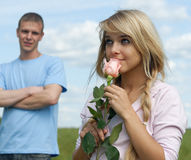 Le jeune homme a présenté une fleur Images stock
