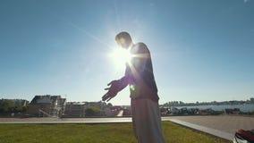Le jeune homme prêt pour acrobatique exécute au coucher du soleil extérieur clips vidéos