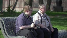 Le jeune homme prend des photos en parc banque de vidéos