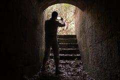 Le jeune homme prend la photo sur son smartphone Photographie stock libre de droits