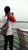 Le jeune homme prennent la photo Photographie stock libre de droits