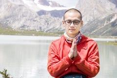 Le jeune homme prient en nature Photographie stock