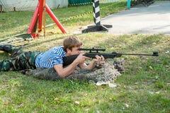 Le jeune homme a pris le but avec le pistolet pneumatique Photo libre de droits