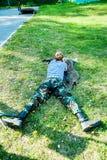 Le jeune homme a pris le but avec le pistolet pneumatique Image libre de droits