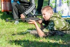 Le jeune homme a pris le but avec le pistolet pneumatique Photos stock